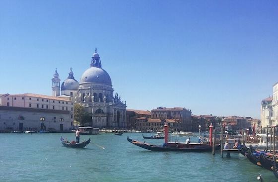 イタリア・ベニスのおしゃれ観光スポット:ゴンドラで街巡り